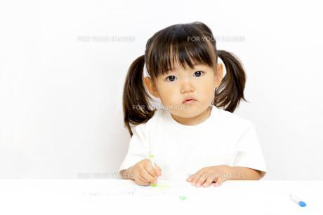 クレヨンで絵を描く幼い女の子の写真素材 [FYI01187473]