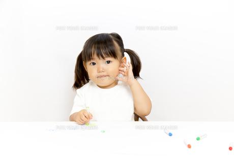 クレヨンで絵を描く幼い女の子の写真素材 [FYI01187474]