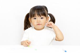 クレヨンで絵を描く幼い女の子の写真素材 [FYI01187476]