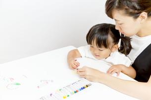 お絵描きをする幼い女の子とお母さんの写真素材 [FYI01187479]