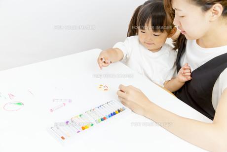 お絵描きをする幼い女の子とお母さんの写真素材 [FYI01187481]