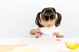 1人工作をする幼い女の子の写真素材 [FYI01187482]