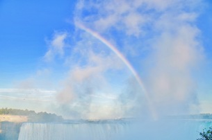 滝の水しぶきでできた虹の写真素材 [FYI01187556]