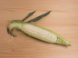 生のトウモロコシの写真素材 [FYI01187664]
