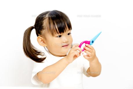 初めてハサミ持つ幼い女の子の写真素材 [FYI01187731]
