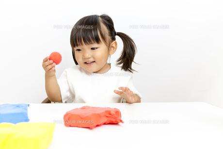 粘土で遊ぶ幼い女の子女の子の写真素材 [FYI01187733]