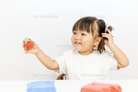 粘土で遊ぶ幼い女の子女の子の写真素材 [FYI01187734]