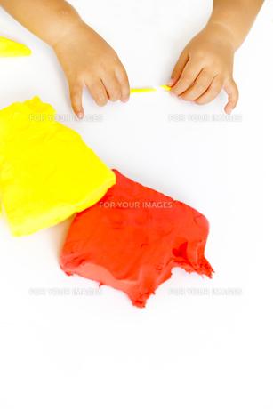 粘土で遊ぶ幼い女の子女の子の手元の写真素材 [FYI01187736]