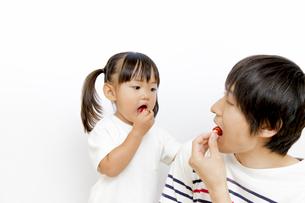 サクランボを食べる幼い女の子の写真素材 [FYI01187760]