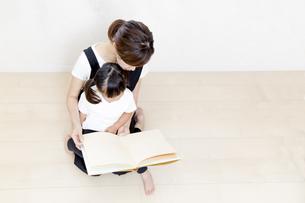 親子で絵本を読む姿を俯瞰の写真素材 [FYI01187761]