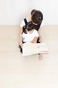 親子で絵本を読む姿を俯瞰の写真素材 [FYI01187762]