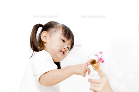お母さんと指人形と遊ぶ幼い女の子の写真素材 [FYI01187763]