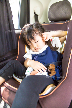 夏の炎天下の中、チャイルドシートで1人寝る幼児のイメージの写真素材 [FYI01187936]