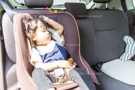 夏の炎天下の中、チャイルドシートで1人寝る幼児のイメージの写真素材 [FYI01187938]