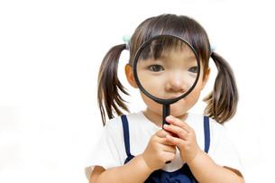 虫眼鏡を除く幼い女の子の写真素材 [FYI01187952]