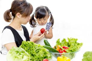 親子でサラダの準備をするイメージの写真素材 [FYI01187954]