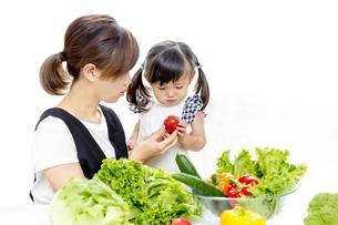 親子でサラダの準備をするイメージの写真素材 [FYI01187955]