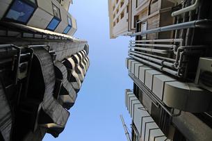 ビルの谷間から見上げる青空の写真素材 [FYI01187982]