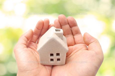 手の平の上の家の写真素材 [FYI01188233]