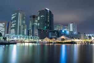 東京湾岸 運河の夜景の写真素材 [FYI01188259]