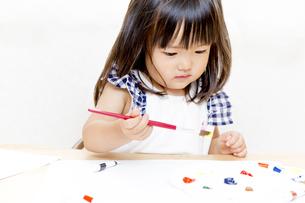 筆で絵を描く幼い女の子の写真素材 [FYI01188460]
