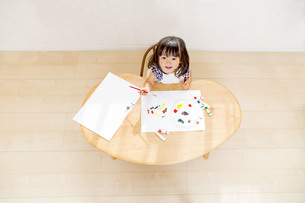 一人絵具でお絵描きする幼い女の子の俯瞰の写真素材 [FYI01188461]