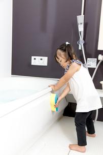 お風呂掃除を手伝う幼い女の子の写真素材 [FYI01188463]