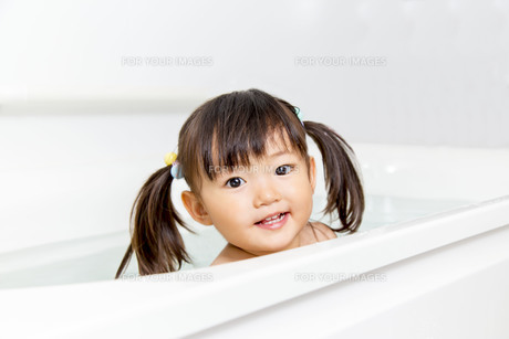 お風呂に1人りで入る幼い女の子 の写真素材 [FYI01188464]