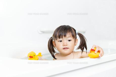 お風呂で遊ぶ幼い女の子 の写真素材 [FYI01188465]