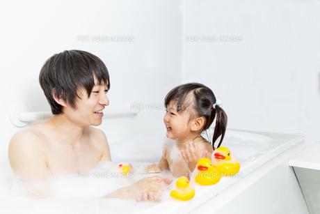 お父さんと一緒にお風呂に入る幼い女の子 の写真素材 [FYI01188467]