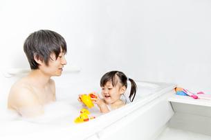 お父さんと一緒にお風呂に入る幼い女の子 の写真素材 [FYI01188468]