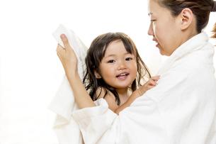 湯上りにお母さんに髪を拭いてもらう幼い女の子の写真素材 [FYI01188470]