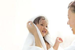 湯上りにお母さんに髪を拭いてもらう幼い女の子の写真素材 [FYI01188472]