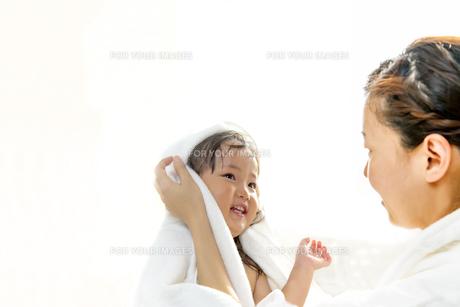 湯上りにお母さんに髪を拭いてもらう幼い女の子の写真素材 [FYI01188473]