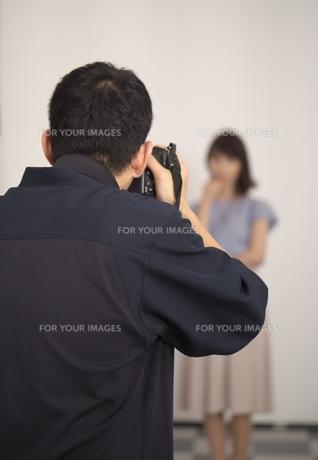 スタジオでのモデルの撮影風景の写真素材 [FYI01188621]