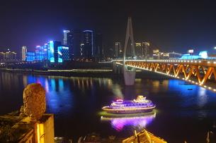 洪崖胴から見た千厮門大橋と遊覧船の写真素材 [FYI01188631]