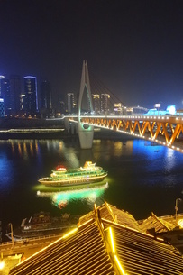 洪崖洞越しの千厮門大橋の写真素材 [FYI01188632]