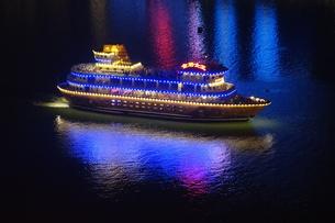 長江に浮かぶ遊覧船の写真素材 [FYI01188636]
