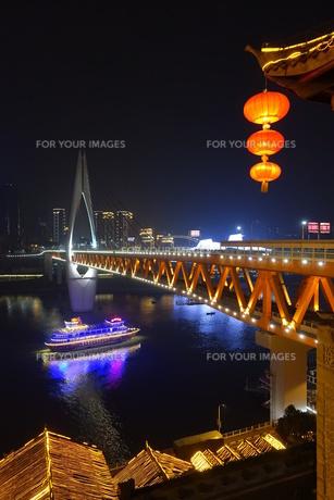 千厮門大橋と遊覧船の写真素材 [FYI01188638]