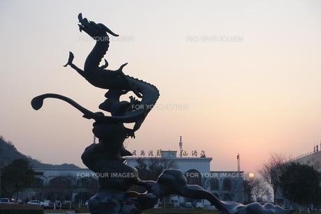 夕景の五馬渡臨江仙酒店前の竜の像の写真素材 [FYI01188643]