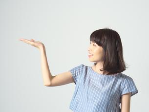 手のひらの上を見る若い女性の写真素材 [FYI01188741]