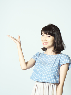 手のひらを上にした若い女性の写真素材 [FYI01188743]