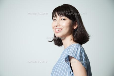 笑顔の20代女性ポートレートの写真素材 [FYI01188761]