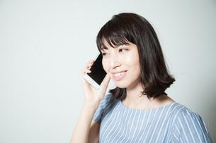 スマホで通話する若い女性の写真素材 [FYI01188786]