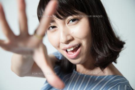 楽しく話しかける若い女性の写真素材 [FYI01188794]