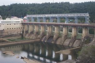 磐越西線車窓風景 ダムの写真素材 [FYI01188837]