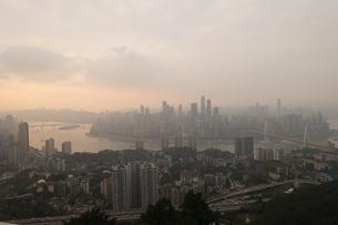 黄昏の重慶市全景の写真素材 [FYI01188897]
