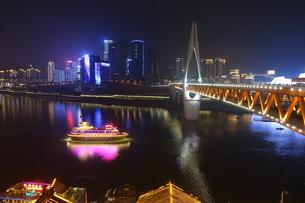 洪崖洞から望んだ千厮門大橋と遊覧船の写真素材 [FYI01188902]