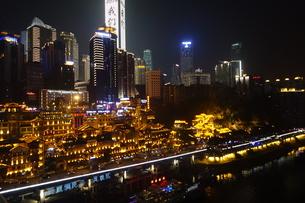 洪崖洞とそびえるオフィス街ビル夜景の写真素材 [FYI01188924]