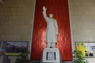長江大橋の入り口に立つ毛沢東像の写真素材 [FYI01188935]